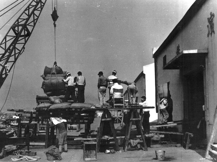 昭和31年2月頃撮影_船から倉庫に貨物を運んでいる風景(高島営業所)
